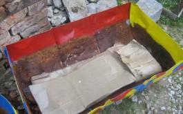 4-6 slojeva kartona na drenažu, sve ovisi koliko je visoka Vaša posuda  (=služi kao spužva za vodu)